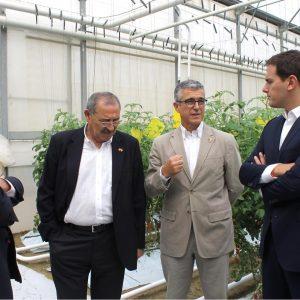 COEXPHAL muestra el potencial del sector y el funcionamiento del invernadero solar a Albert Rivera en una explotación de Biosabor